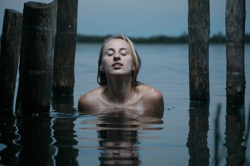 девушка,вода,купание,ночь,озеро,lady,water,girl,beauty,beautiful,lake You saw her bathing on the roof...photo preview