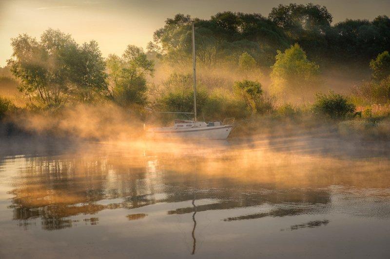 дубна, река, лодка, яхта, туман, рассвет, лучи, лето, пейзаж Лодка в туманных лучах фото превью