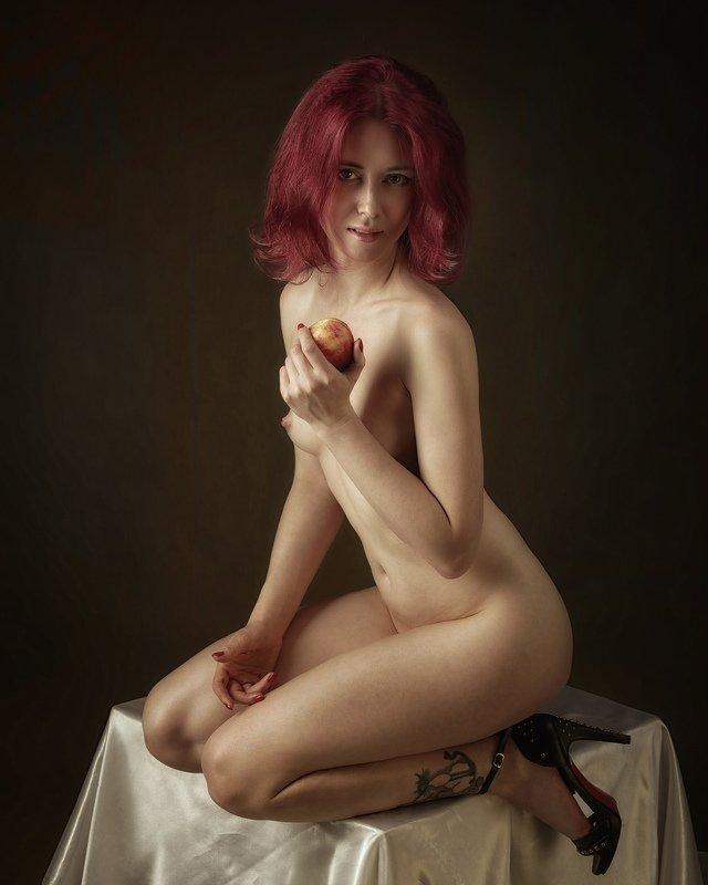 Девушка с персикомphoto preview