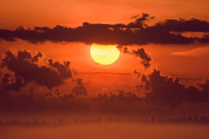 солнце, солнечный диск, солнечно, рассвет, оранжевый свет, летнее утро, силуэт леса, лес, даль, облака, объёмные облака, кучевые облака, восход, огненный шар, туман Летний рассветphoto preview