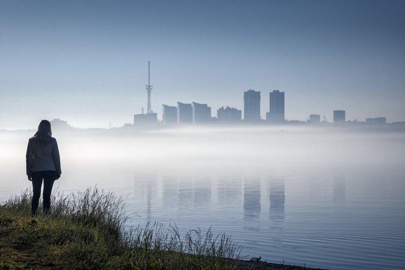 город, река, туман, утро, небо, отражения, девушка, чайка, пермь Город встаетphoto preview