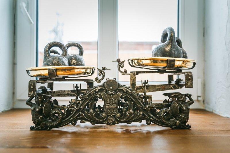 весы, старинный Старинные весы в отеле-музее photo preview