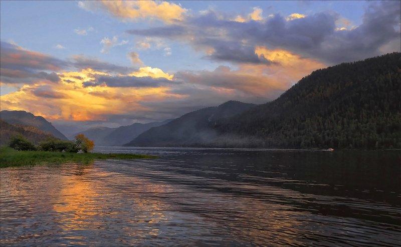 Lake Teletskoye по водной гладиphoto preview
