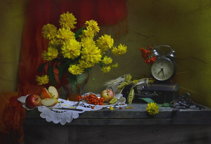 still life,натюрморт,золотые шары,  часы, цветы, фото натюрморт, рябина,  лето, колоски, ключи,  август, яблоки, Не говори, что впереди – сентябрь...photo preview