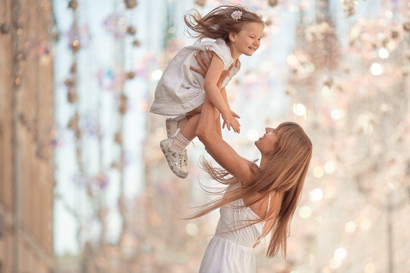 мама, дочь, город, солнце, счастье, радость Радостьphoto preview