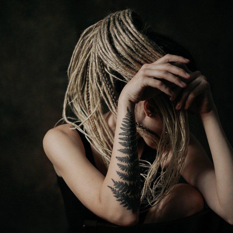 девушка дреды тату папоротник автопортрет girl tatoo dreads портрет дреды portrait photo preview