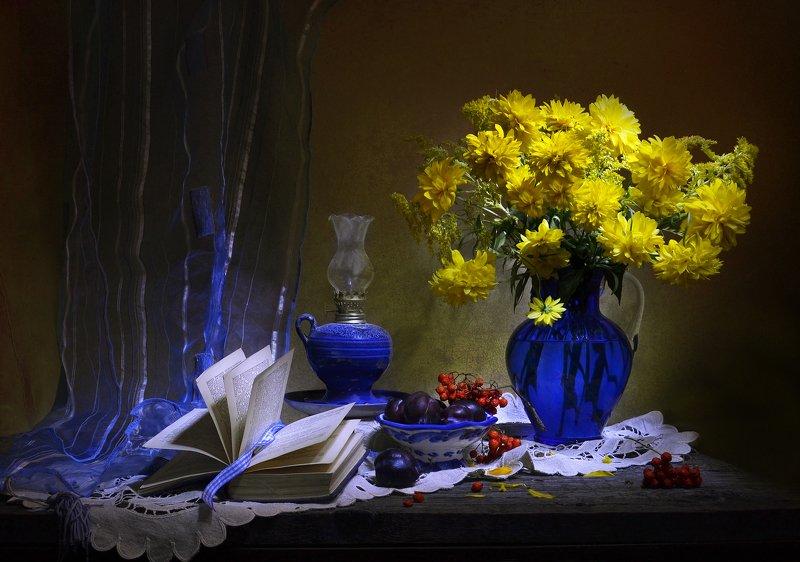 still life,натюрморт,золотые шары, цветы, фото натюрморт, рябина,  лето,   август, книга, керосиновая лампа, слива Дыханье осени...photo preview