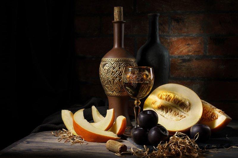 натюрморт, дыня, сливы, вино, свет, предметная фотография Золотистая дыняphoto preview