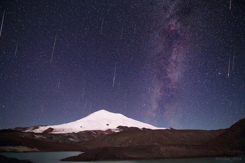 ночь эльбрус ночной пейзаж астрофотография звезды созвездия метеорный поток персеиды болид Метеорный поток Персеиды над Эльбрусомphoto preview
