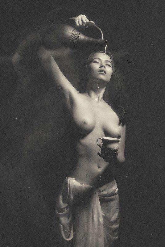 Девушка с кувшиномphoto preview