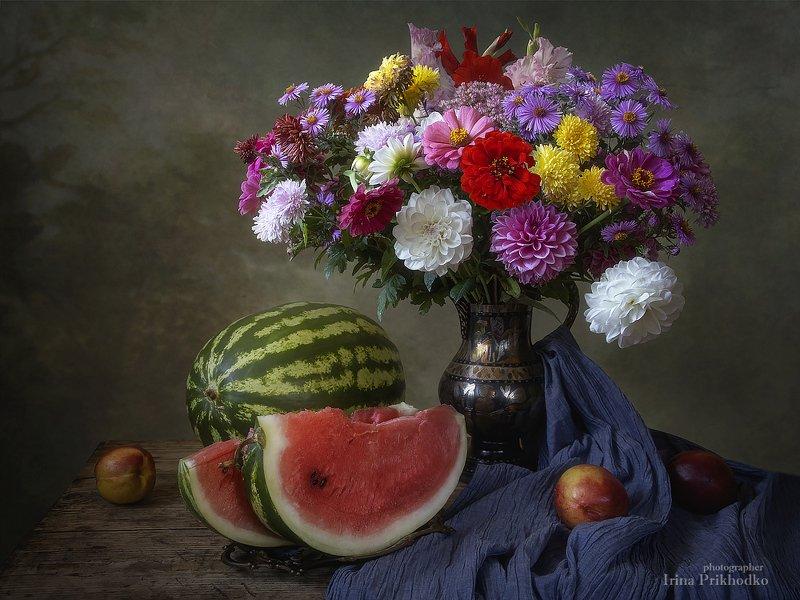 натюрморт, лето, урожай, арбузы, цветы, букет, художественное фото Натюрморт с арбузом и букетом садовых цветовphoto preview