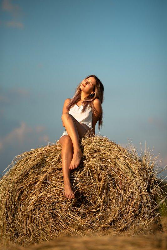 девушка, красивая, сено, стог, лето, август, сентябрь, жара, поле, отдых photo preview