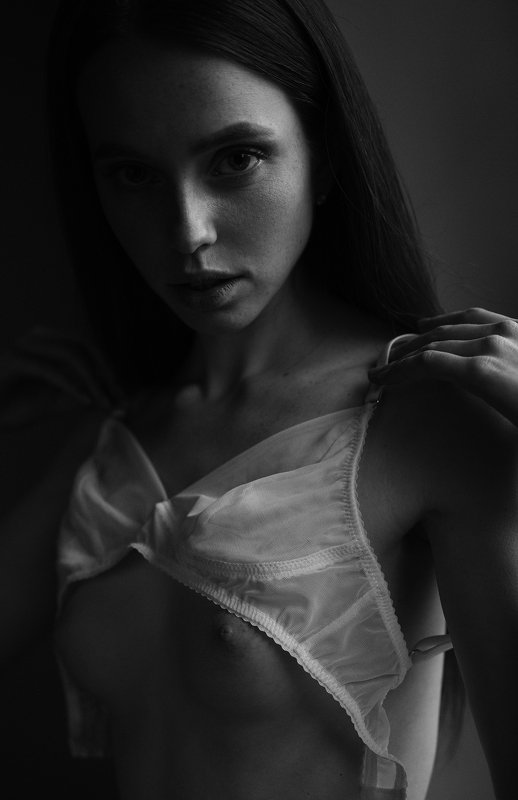 girl, dark, b&w, black and white, at home, natural light, bra, model, nice, beautiful, face Katephoto preview