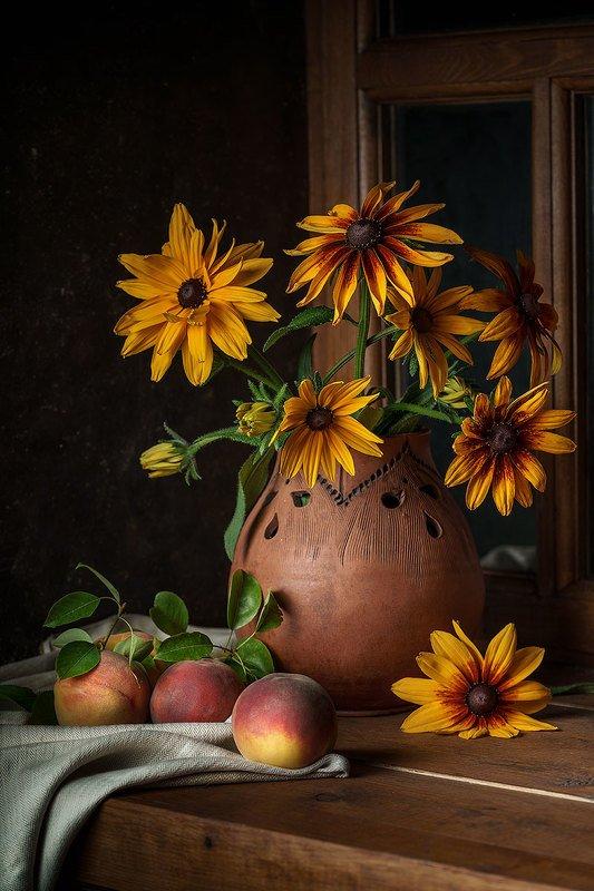 цветы, персики, натюрморт, предметная фотография, окно Рудбекия и персикиphoto preview