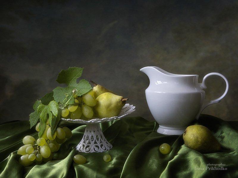 натюрморт, фрукты, сезон, винтажный, художественное фото, фарфоровый кувшин С кувшином  и гроздью виноградаphoto preview