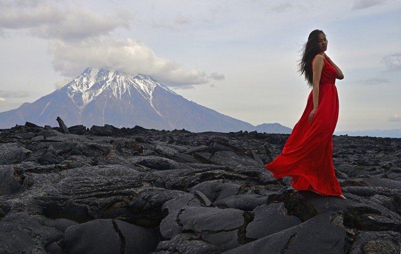 камчатка, девушка, вулкан, лава, фото, красный Цвет огняphoto preview