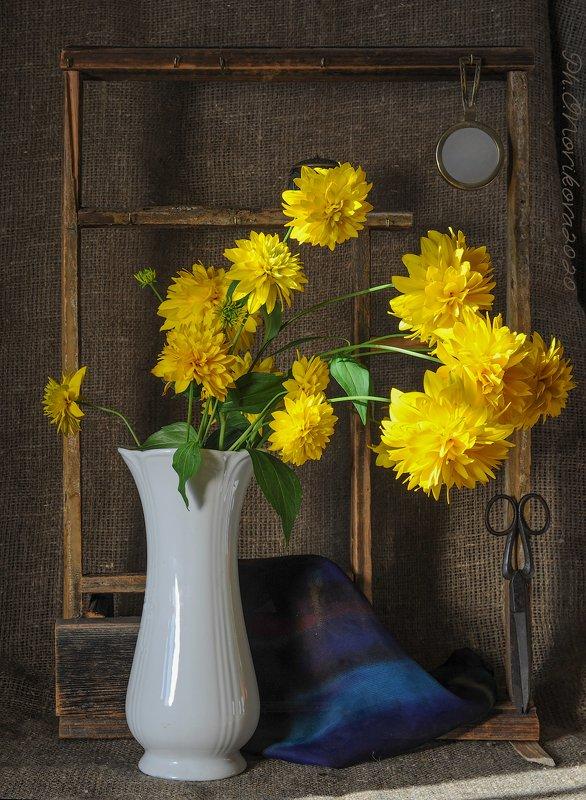цветы,ножницы,ваза,платок,полка ***photo preview