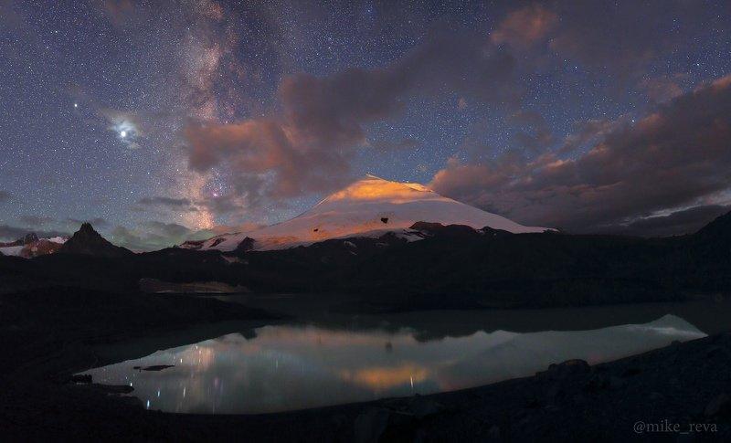 ночь эльбрус ночной пейзаж астрофотография звезды созвездия Эльбрус в свете восходящей Луныphoto preview