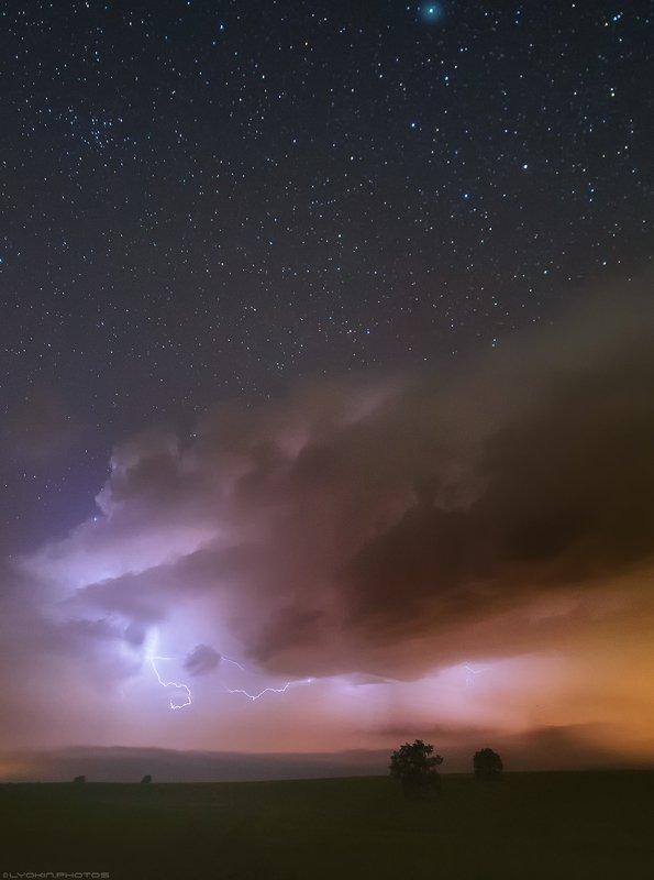 Молнии на звездном небеphoto preview