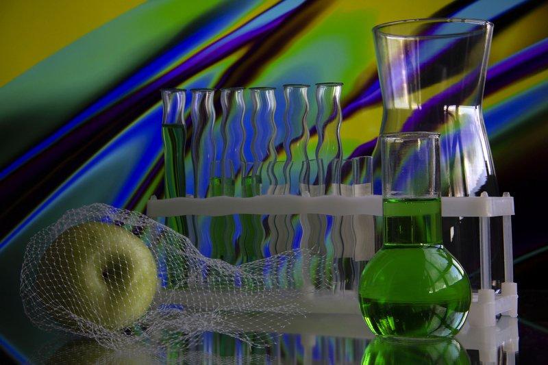 натюрморт, колбы, ваза, сетка, яблоко, зеленый, зеленый напиток, тархун, отражение  Яблоко photo preview
