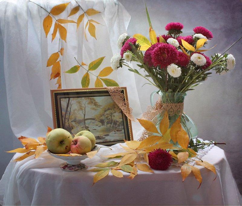 натюрморт, осень, листья, цветы, астры, яблоки Про первые желтые листья...photo preview